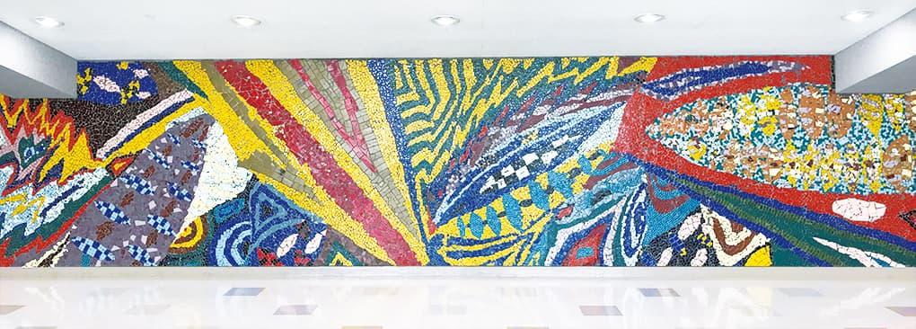 講堂内壁画(卒業生の作品)写真