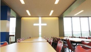 十字架型に切り抜かれた窓から光が差し込みます