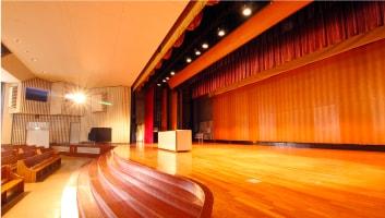 舞台は幅17.5m、奥行き7.5mの広さがあります