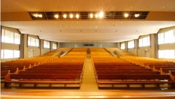 1250人収容の座席数があります